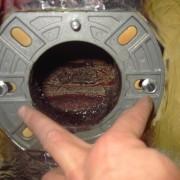 Las calderas de gasoil para calefacción requieren un mantenimiento periódico para mejorar el rendimiento y asegurar su correcto funcionamiento durante los fríos meses de invierno. Así mismo, el mantenimiento garantiza la seguridad de las calderas y previene accidentes. Nosotros mismos podemos realizar la limpieza de la caldera de gasóleo con estos sencillos pasos. En primer lugar, es importante realizar una limpieza de los filtros de gasoil para que no se acumulen impurezas que dificulten el funcionamiento de esta pieza. Se puede hacer fácilmente con un pincel empapado en gasóleo limpio, habiendo cerrado previamente la llave de entrada. Podemos aprovechar este paso para limpiar también el filtro de la bomba de gasoil.  El segundo paso es limpiar el quemador de la caldera de gasóleo. Hay que desconectar la caldera de la electricidad y destornillar la tuerca para eliminar el polvo que se haya acumulado con un cepillo o bien ayudarnos de una aspiradora. Es aconsejable utilizar una mascarilla para no inhalar el hollín que se desprenda. Por último, habrá que limpiar el hogar de la caldera. Procedemos a quitar los tornillos laterales que sujetan el cañón y veremos el disco estabilizador, este tiene un tornillo superior que lo sujeta, al quitarlo tendremos buen acceso a los electrodos que será suficiente con limar o lijar suavemente las puntas y dejarlas sin ningún resto para que se produzca la chispa entre ellas. La boquilla inyectora si es posible la podemos cambiar por una nueva del mismo diámetro. Por ultimo limpiaremos la fotocélula con un paño seco para que haga buena lectura de la llama. Una vez montado y atornillado todo comprobamos el buen funcionamiento del quemador, encenderemos la caldera y comprobamos que arranca perfectamente. Con esto tenemos hecho un mantenimiento básico del quemador de nuestra caldera de gasoil.   caldera gasoil limpieza